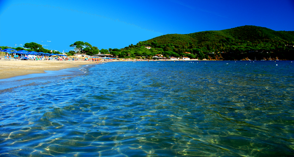 La famosa spiaggia di sabbia di Lacona nella parte dell'isola esposta a sud (foto C. Colnago)