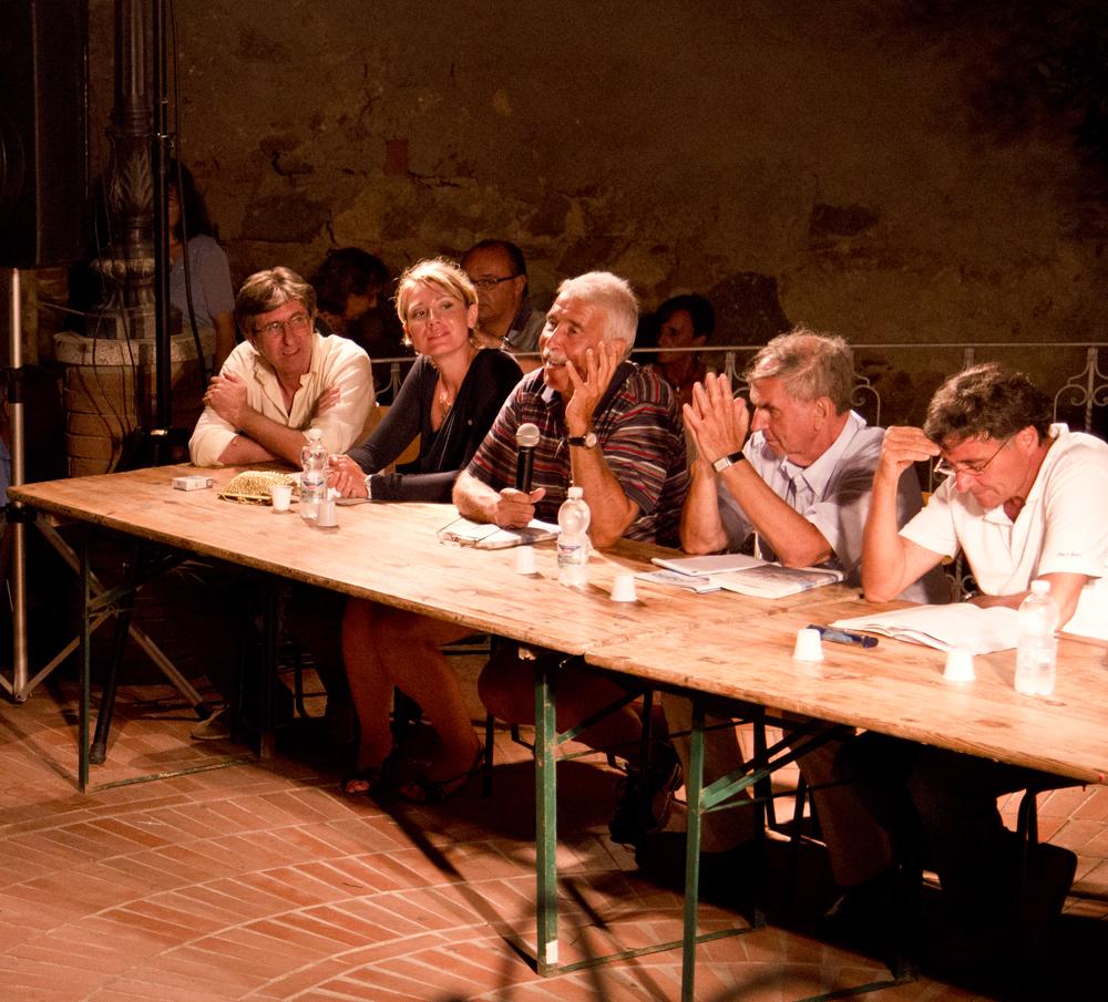Un momento della presentazione del libro alla piazzetta La Vantina di Capoliveri