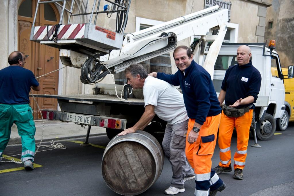 Preparativi Festa dell'Uva con Eugenio Silanus, Daniele Signorini, Francesco Cucca e Maurizio Turoni (foto C. Colnago)