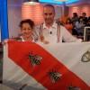 Antonella e Massimo con la bandiera elbana delle tre api (Foto di P.Paolini)