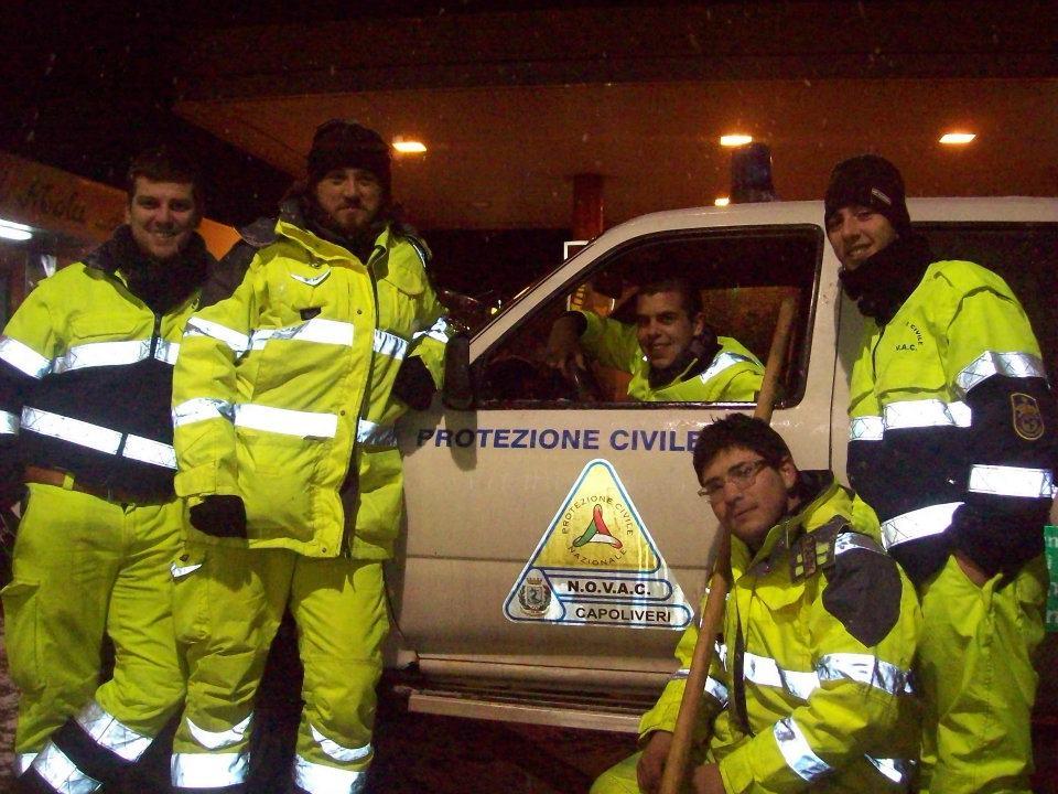 Stefano Luzzetti, secondo da sinistra, con alcuni volontari della Protezione Civile Capoliveri
