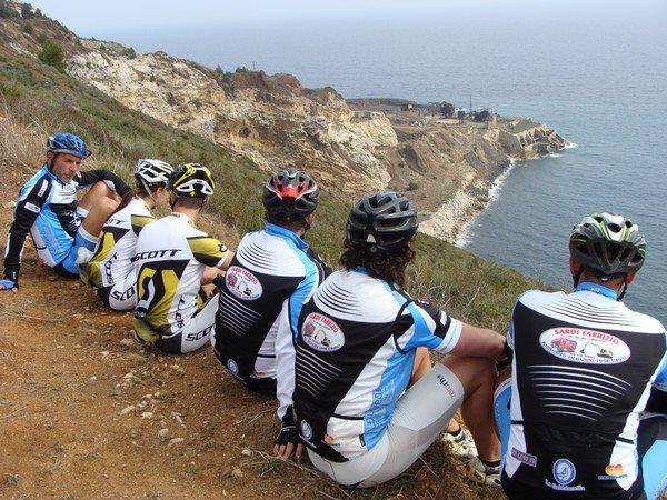 Ciclisti e panorama (Foto di Capoliveri Bike Park)