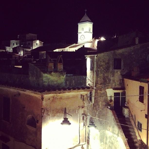 Il campanile in notturna (Foto di Maria Letizia78)