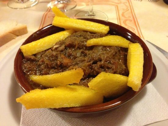 Spezzatino di cinghiale con polenta (Foto via tripadvisor.com)