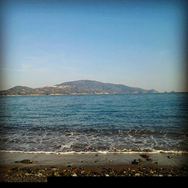 Vista su Capoliveri da spiaggia (Foto @angelicabacce http://bit.ly/18a472W)