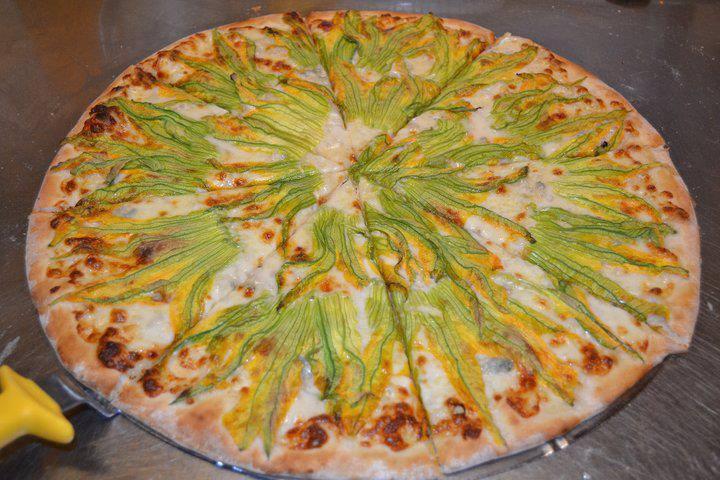 Pizza ai fiori di zucca (Foto A.Senatore)