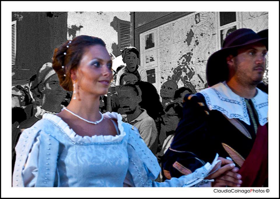 La coppia Luzzetti-Marotta sfila per il paese (Foto Claudia Colnago)