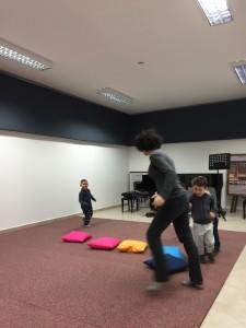 Bambini a lezione di propedeutica musicale